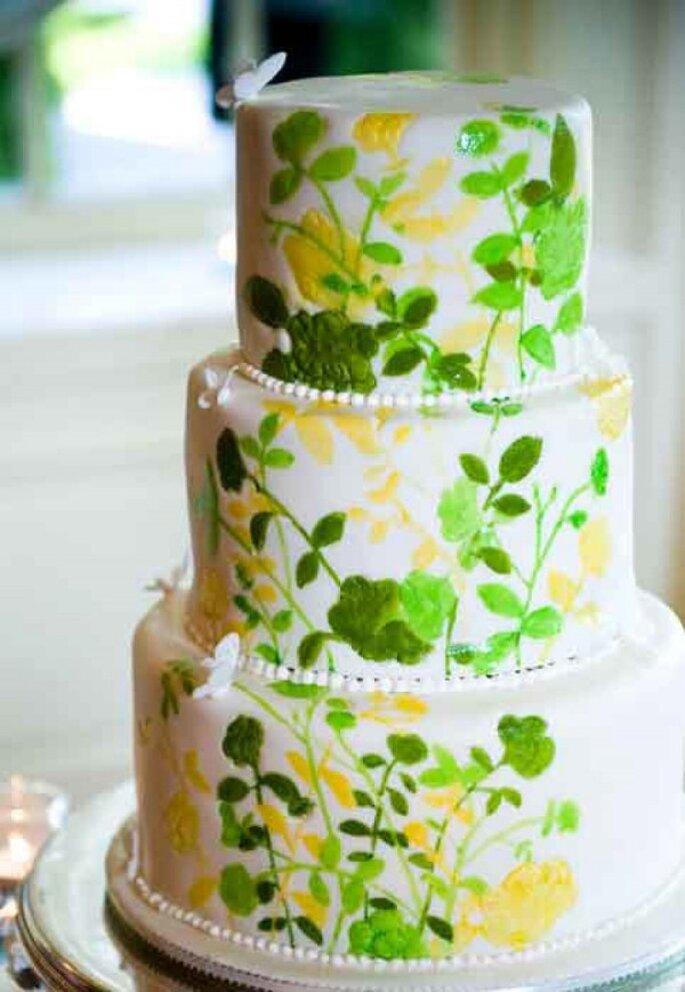 Hochzeitstorte mit grünen und gelben Blumen - Foto Calla Evans