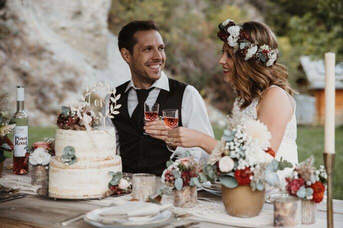 Das Brautpaar am Hochzeitstisch.