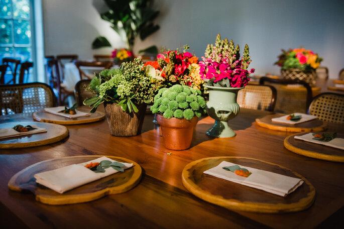 Detalhes em madeira para mesa dos convidados