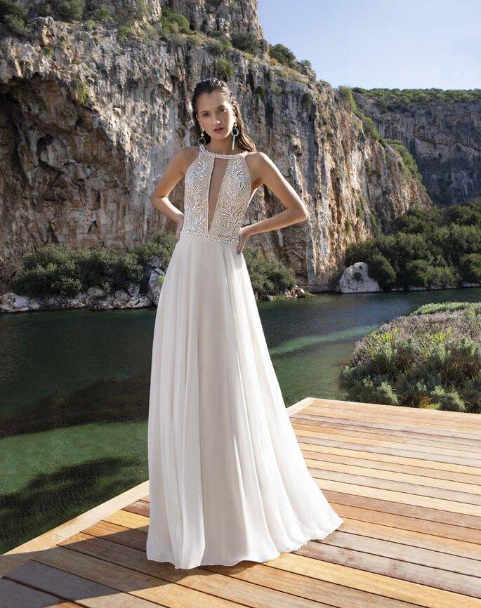Déclaration Mariage - un modèle posant dans une superbe robe de mariée jouant avec les transparences