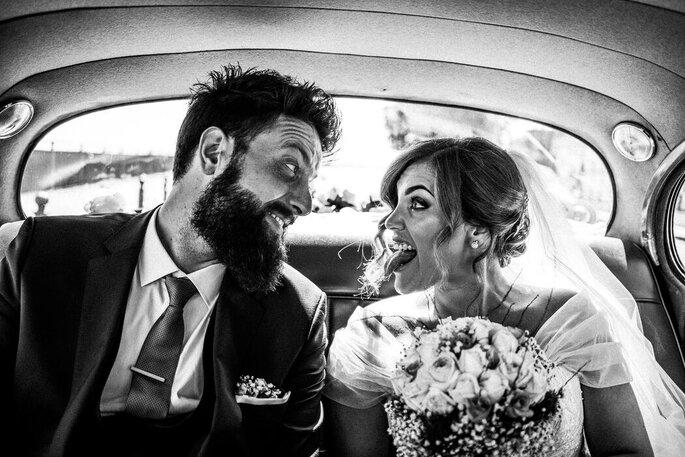 Marco Fardello Fotografo - sposi in macchina bianco e nero