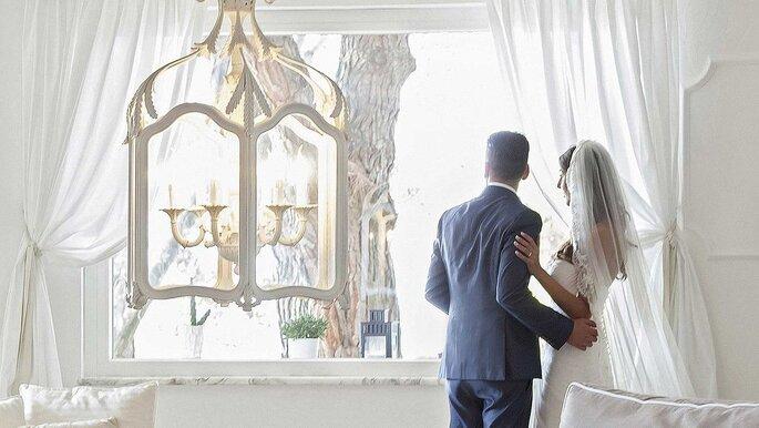 Villa Andrea di Isernia - sposi che guardano fuori dalla finestra