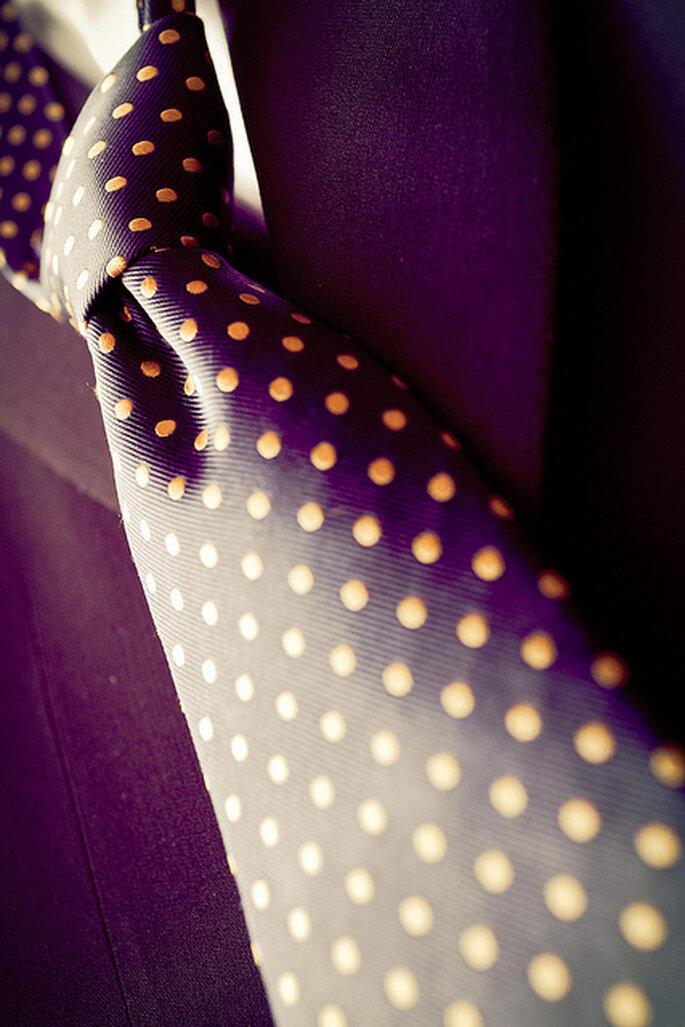 Elegante corbata para el novio en morado con puntos amarillos. Foto: Adrián Tomadín