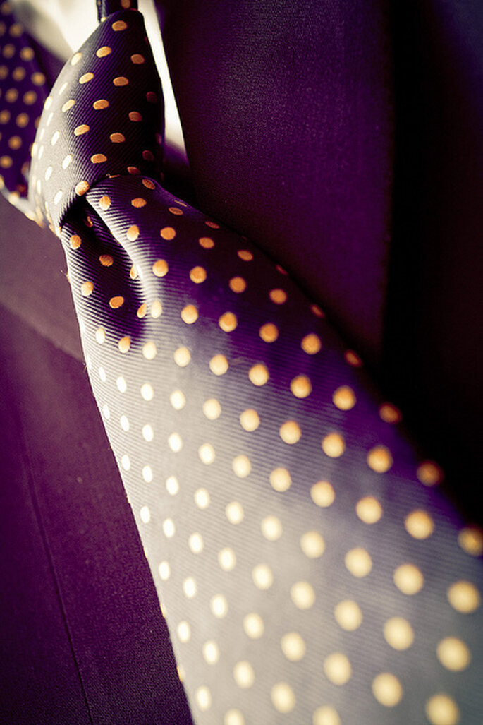 Elegante cravatta da sposo in viola a pois aranciati. Foto: Adrián Tomadín