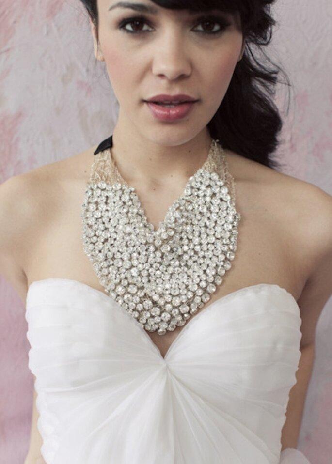 Collar elegante para novias lleno de piedras - Foto Sarah Seven