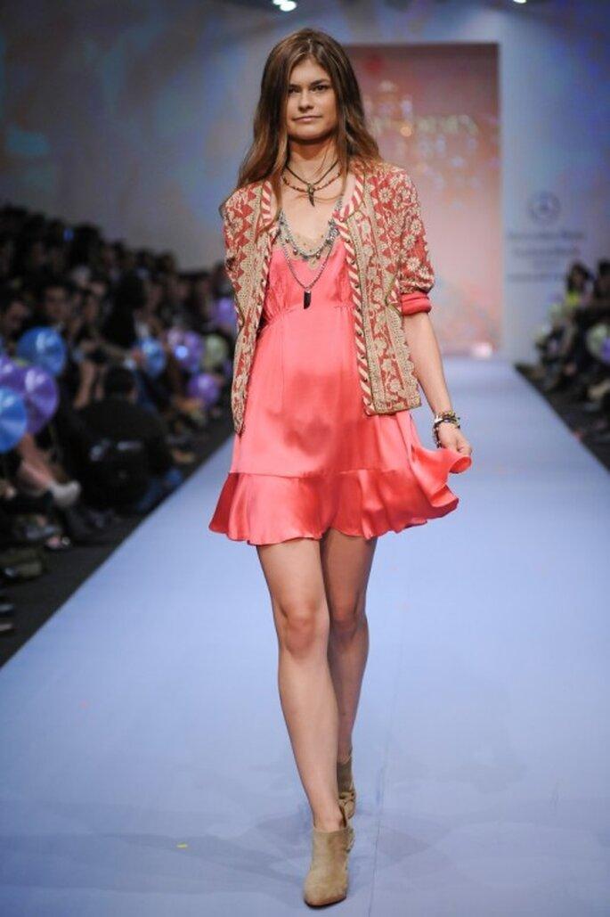 Vestido en color rosa con acabado en satén y chaqueta a juego - Foto Mercedes Benz Fashion Week México