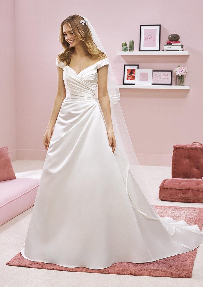Confidence Mariage - un modèle portant une robe White One de la boutique Confidence Mariage