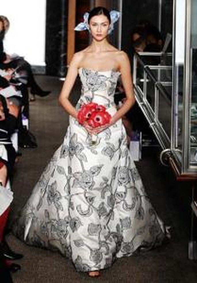 Carolina Herrera 2010 - Vestido largo strapples de corte princesa, rosas negras bordadas, lazos en tafetán