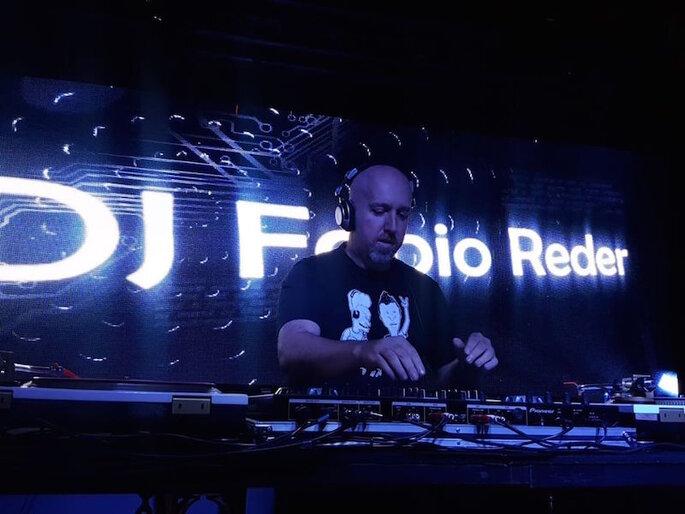 DJ Fabio Reder mexendo nas pickups