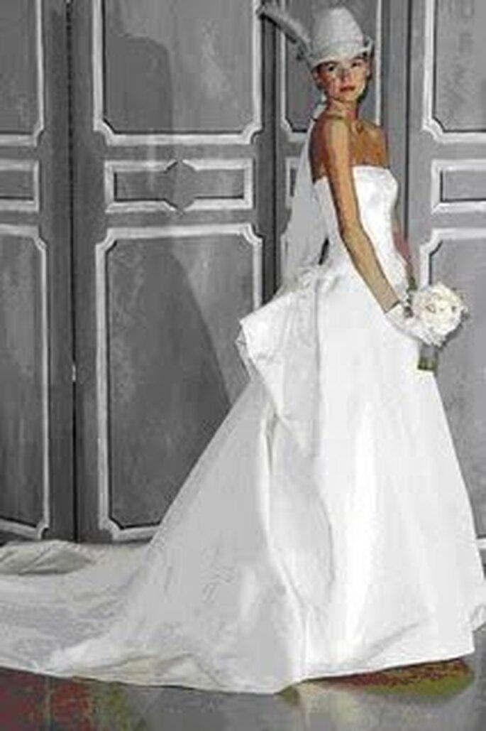Vestido largo de novia acompañado con sombrero blanco
