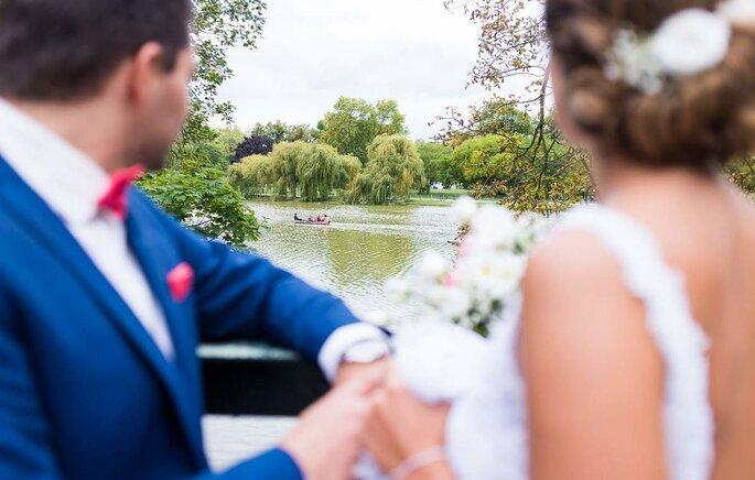 Deux mariés face au lac du Chalet des Îles