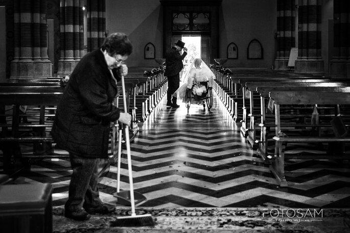 Foto in bianco e nero in chiesa