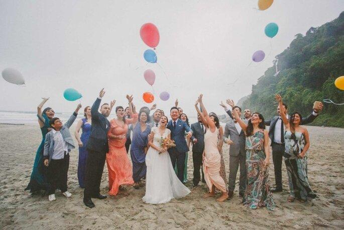 Celebração entre noivos e convidados