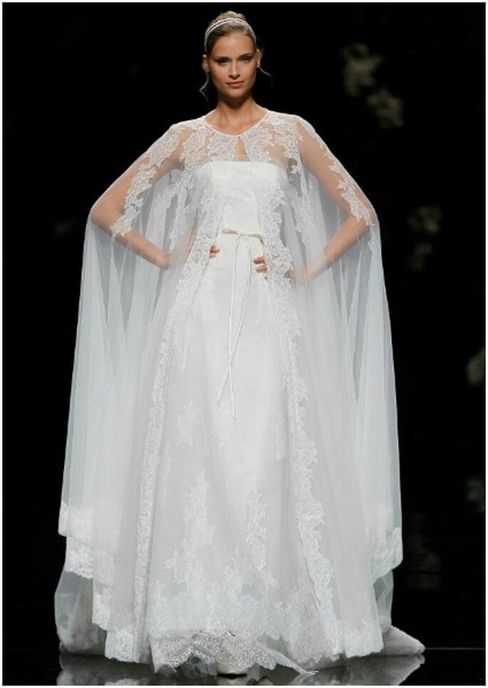 Vestido de novia con capa. Foto: Pronovias