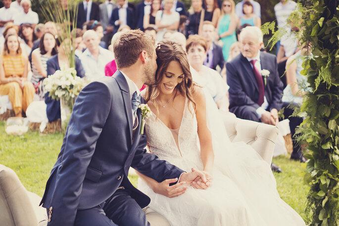 Freie Trauung. Braut und Bräutigam vor dem Altar der freien Trauung