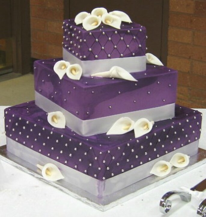 Wedding cake purple con calle bianche. Foto www.londonweddingdresses.com