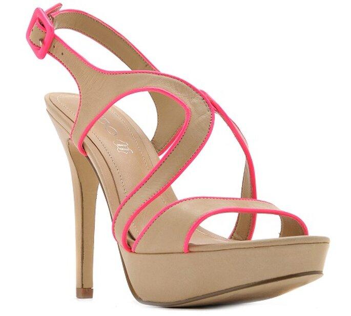 Sandalo con tacco Aldo Shoes color cipria con bordi rosa shocking. Foto: AldoShoes.com