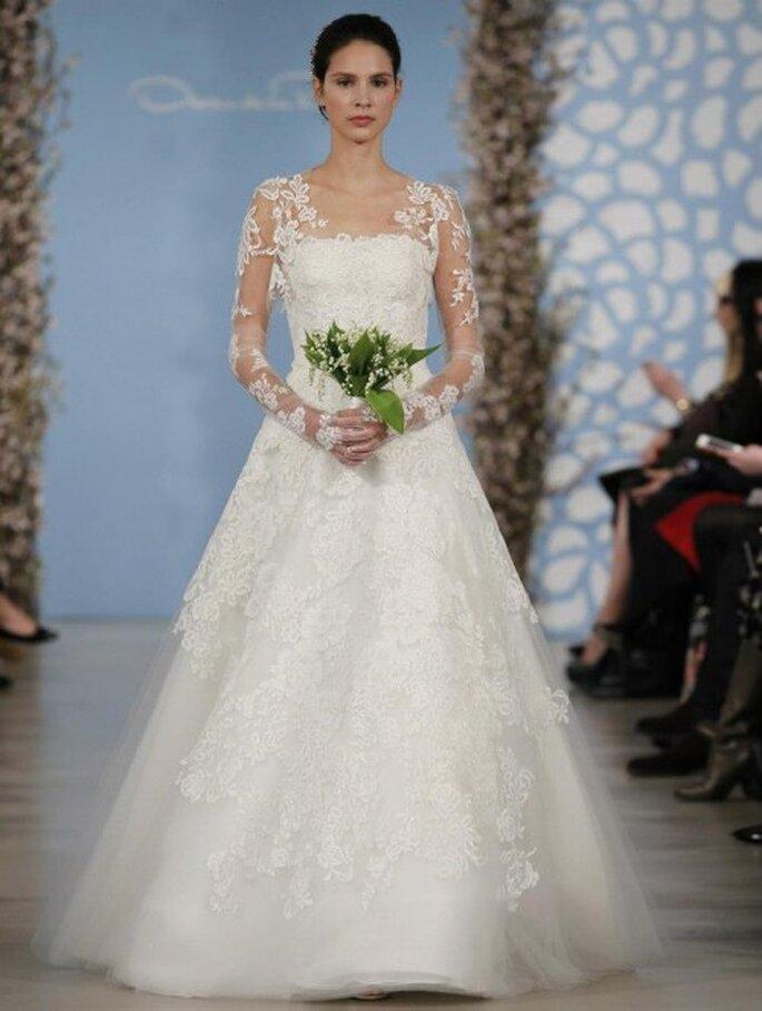 Vestido de novia con manga larga confeccionada en encaje, falda voluminosa y bordados en relieve con forma de flores - Foto Oscar de la Renta