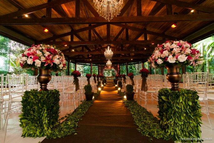 Equipe de decoradores prontos para personalizar o ambiente ao gosto dos noivos