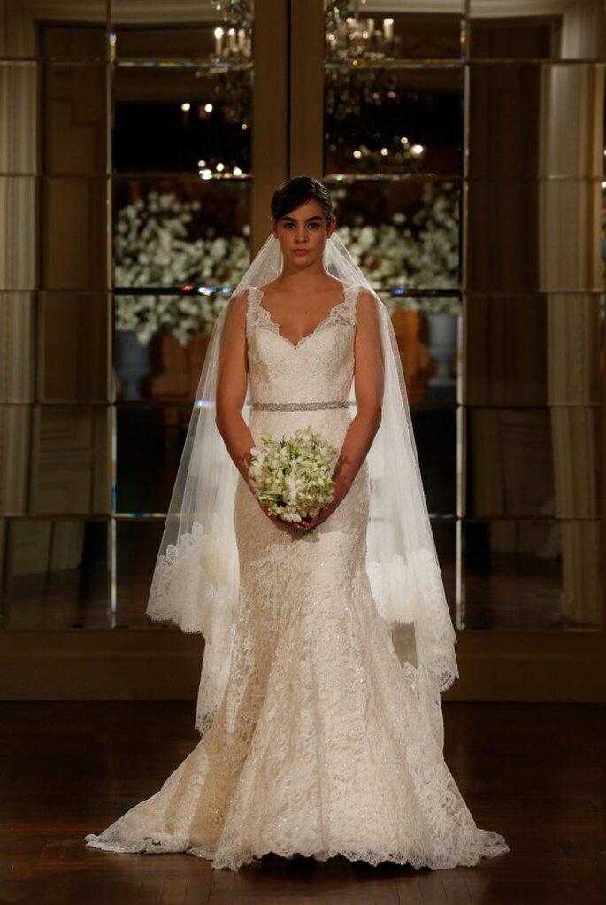 Vestido de novia silueta columna con tirantes y cuello uve, acompañado de un hermoso velo largo - Foto Romona Keveza