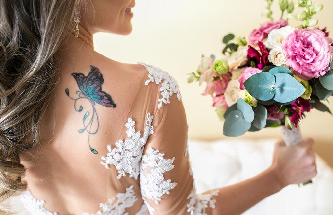 Vestido de noiva rendado com detalhes em nude
