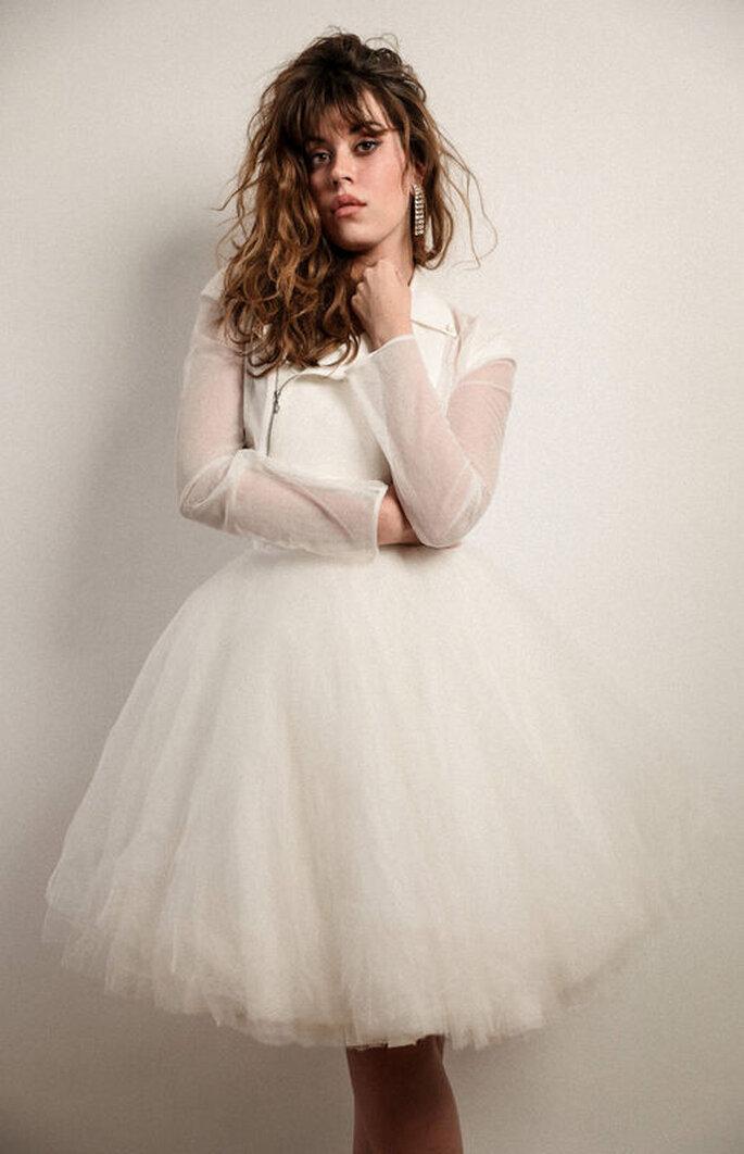 Une robe de mariée courte et contemporaine, de la marque Love is like a Rose