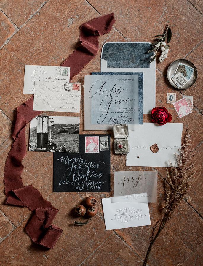 Invitaciones de boda en tonos grises y tipografía blanca