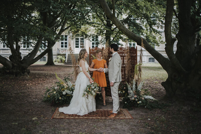 Zeremonie Hochzeit freie Trauung im Garten mit Trockenblumen