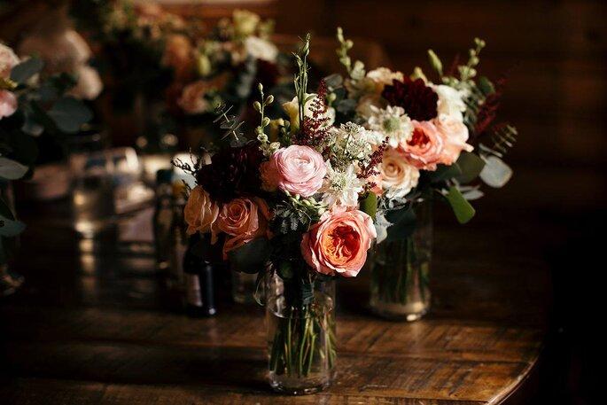 Arreglo de mesa vintage con rosas y base de cristal
