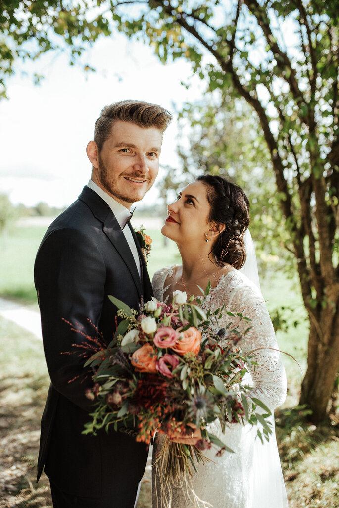 Aline & Yves beim Brautpaarshooting im Freien. Foto: Helen von Saurma Photography