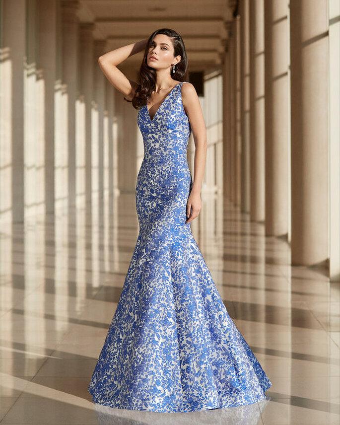 Vestido de fiesta largo color blanco con estampado de flores azul con corte de sirena y escote en V