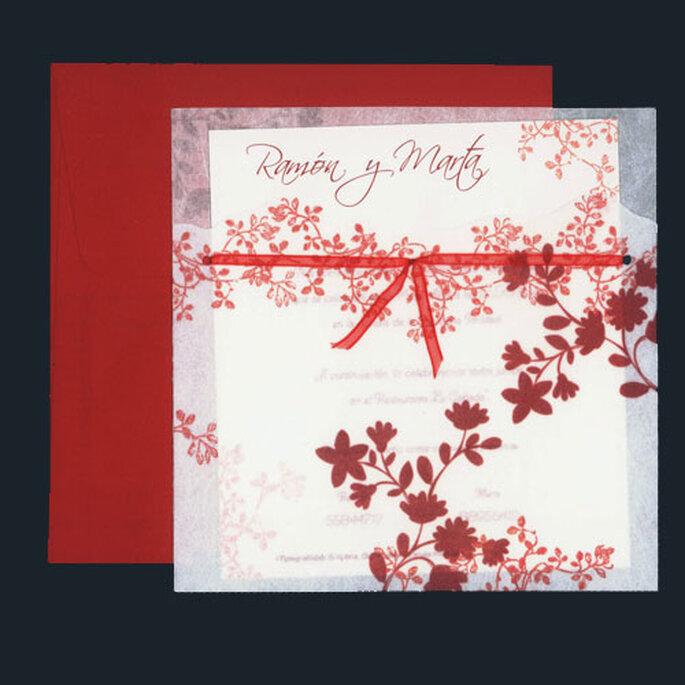 Invitacion con sobre rojo y detalles de flores en bordó y cinta roja