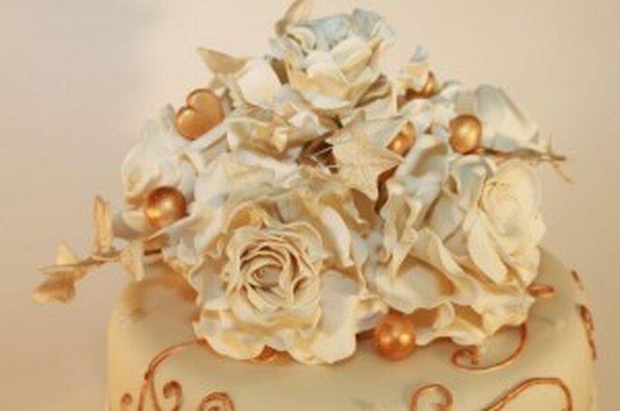 cremefarbene Rosen mit Gold und Efeu