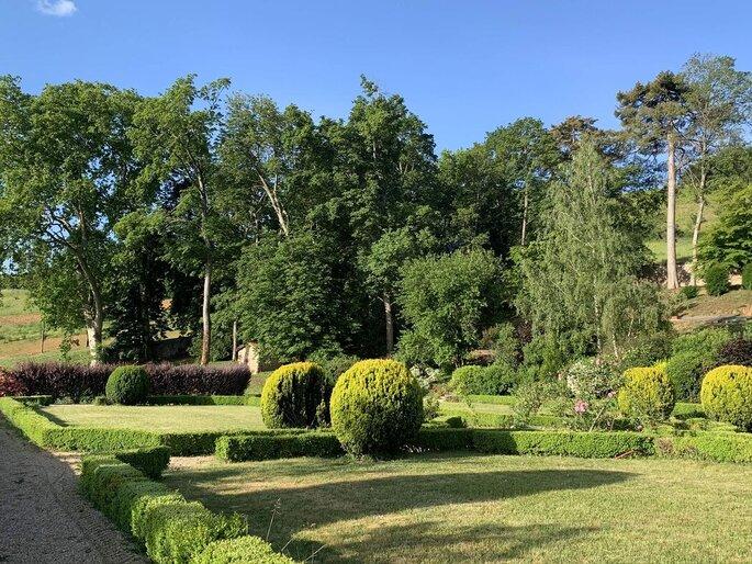 Lieu de réception avec un grand parc arboré où organiser une cérémonie laïque ou un cocktail en extérieur