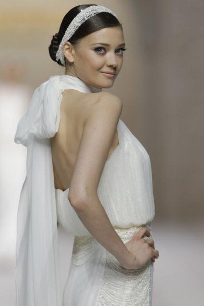 Encajes ceñidos, transparencias y coronas de flores para un look de novia delicado. Foto: Pronovias