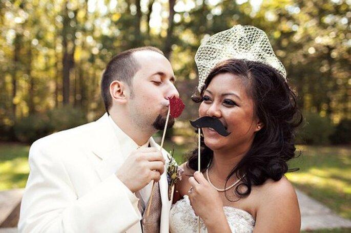 Bigotes y bocas de broma para tu boda. Foto de Sarah Culver Photography