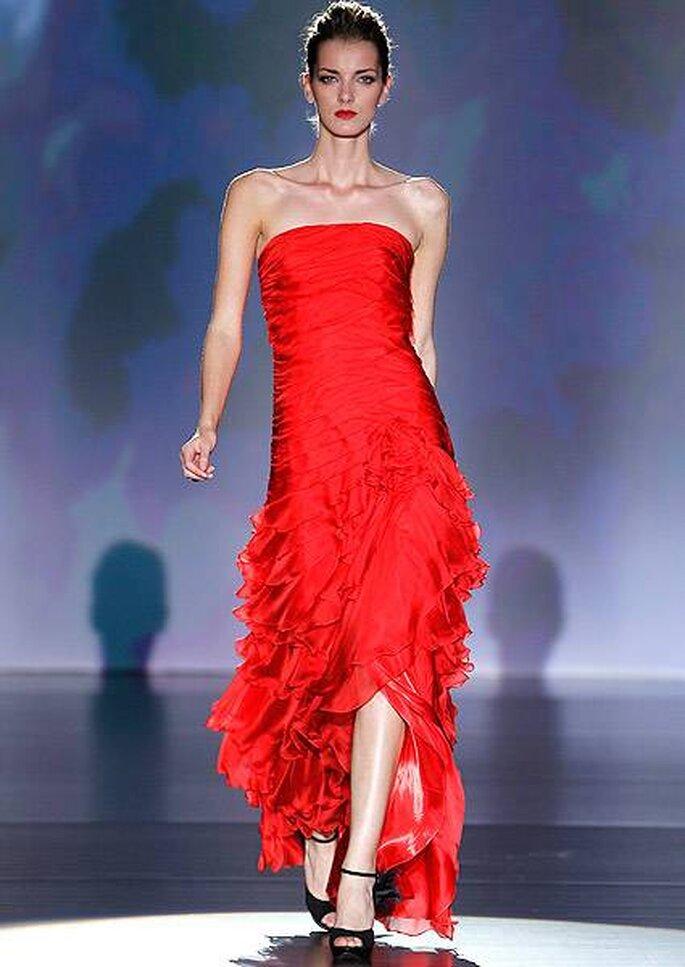 Vestido de fiesta con escote palabra de honor y falda de varias capas de Cabotine