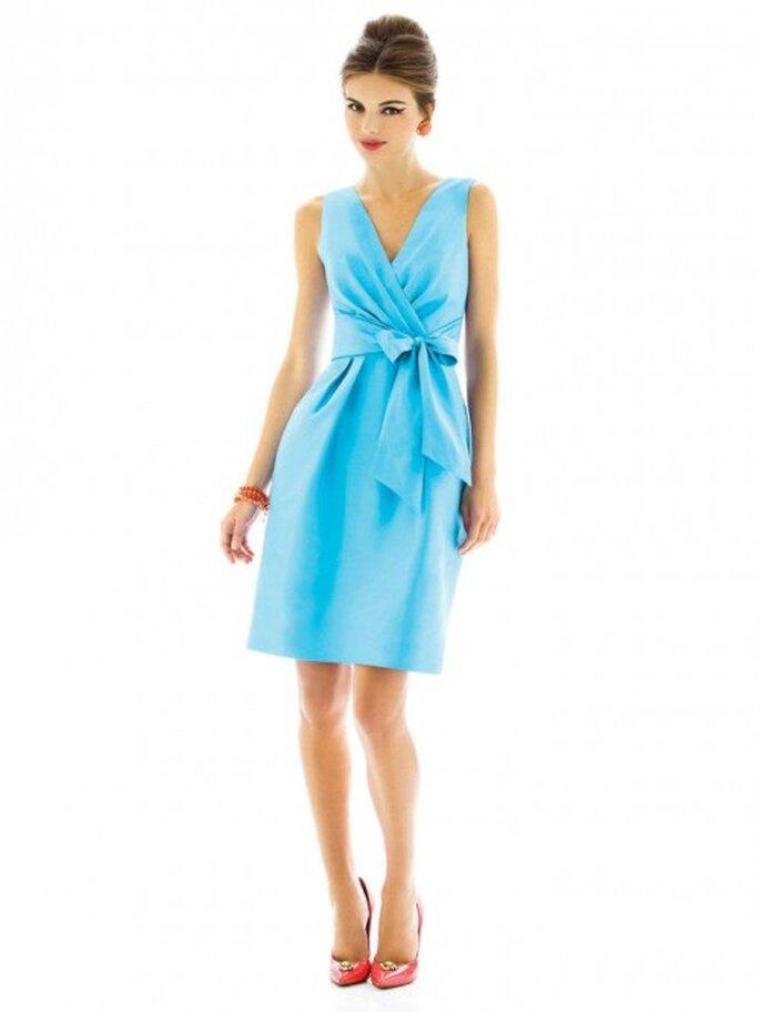 Vestido para dama de boda en color azul cielo con detalle de moño en el costado - Foto Dessy