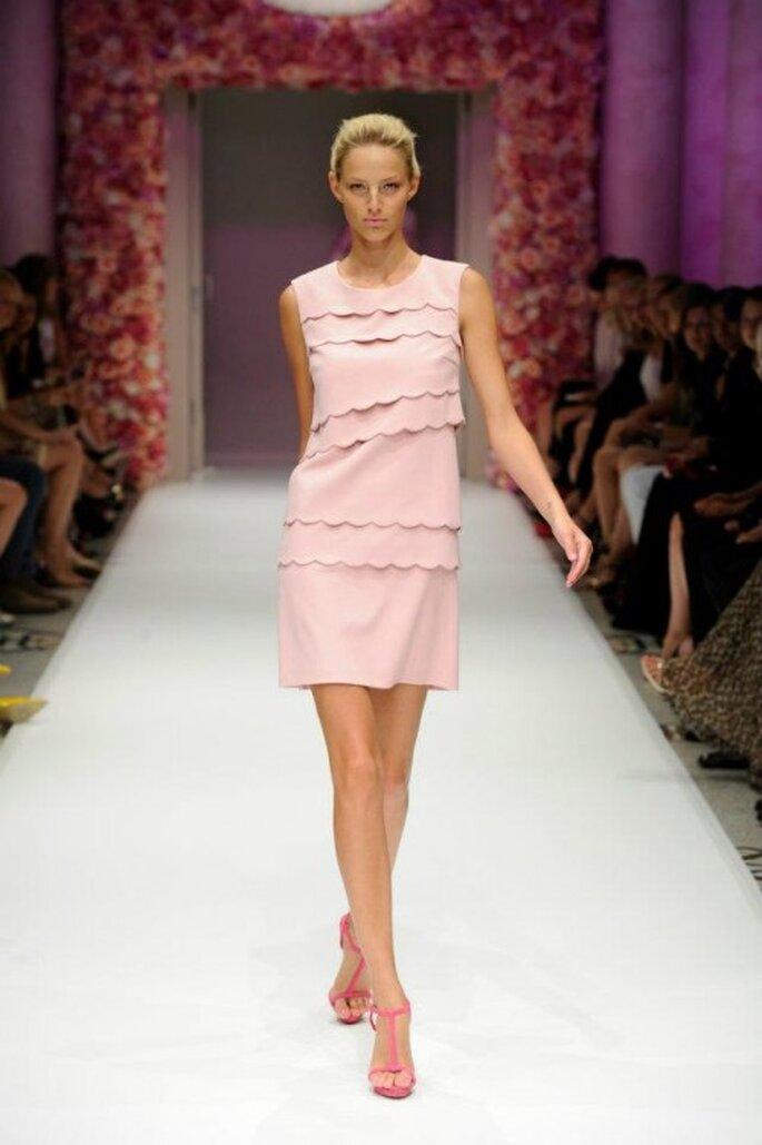 Vestido de fiesta en color rosa nude con volantes asimétricos- Foto Basler
