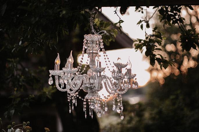 Hochzeitstrend Gartenhochzeit Kronleuchter