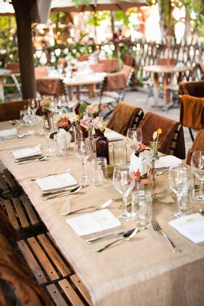 Mantelería en color nude con centros de mesa de flores coloridas - Foto Kayne Weiner