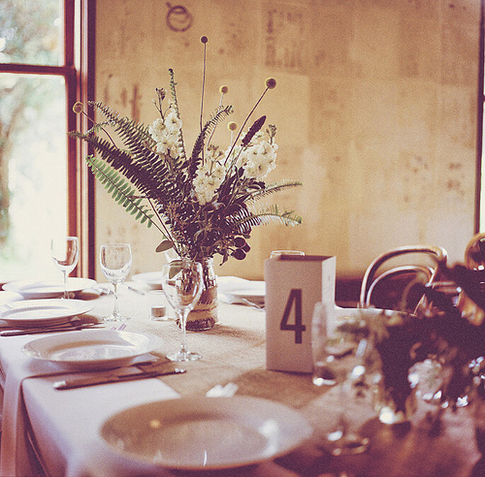 Recuerda que la sencillez en la decoración de las mesas puede ser encantadora. Foto: One Love Photo