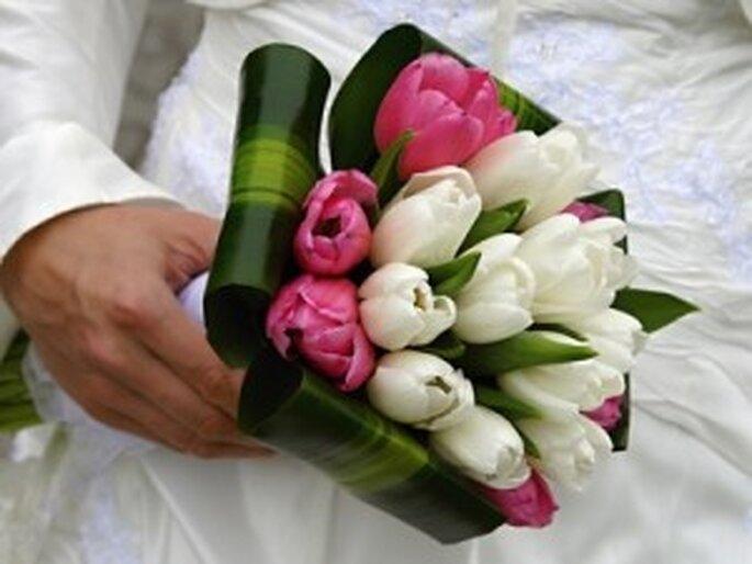 Um bouquet de noiva com tulipas brancas e cor-de-rosa