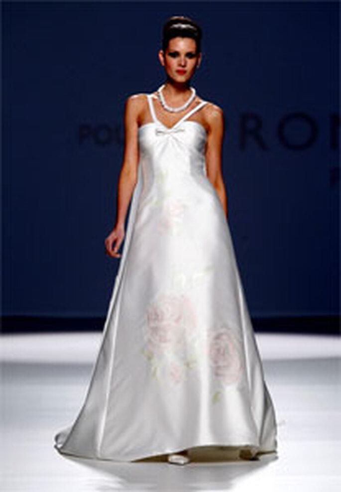 Robe de mariée longue avec motifs roses Pronuptia 2011