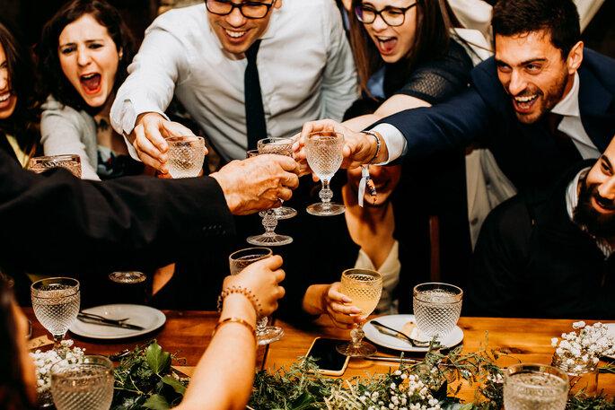 grupo de pessoas felizes a brindar