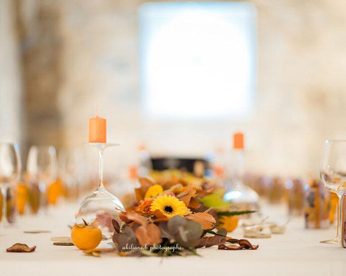 Une table dressée et décorée aux couleurs de l'automne