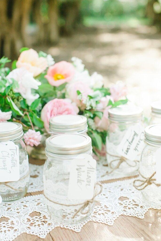 Decoración con frascos y el contraste perfecto con flores en color rosa - Foto Avec L'Amour Photography
