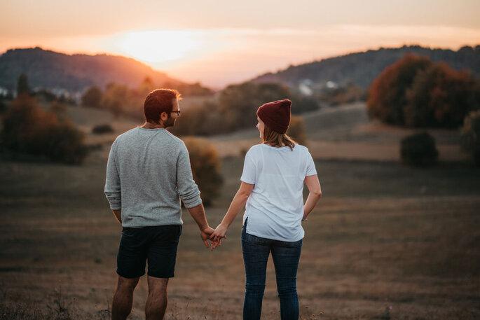 Coupleshoot. Pärchen Händchen halten vor Sonnenuntergnag