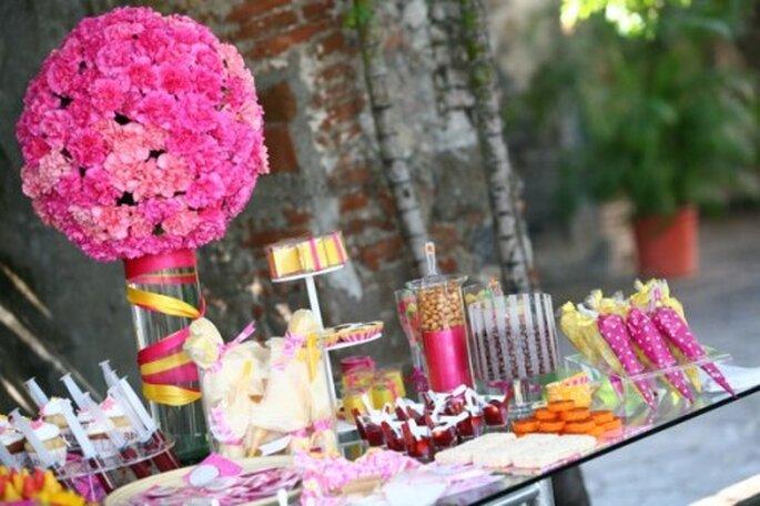 Decoración de mesa de postres para boda en colores brillantes - Foto Sweet and Sour Station