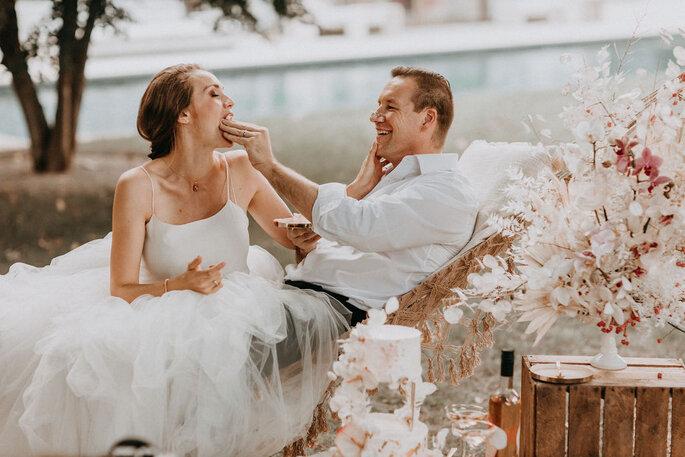 Elopement Fun Wedding Shooting Setting Picknick Brautpaar Torte essend